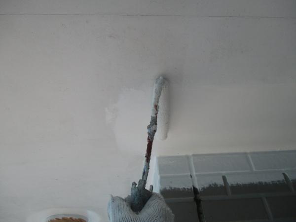 軒天塗装施工中