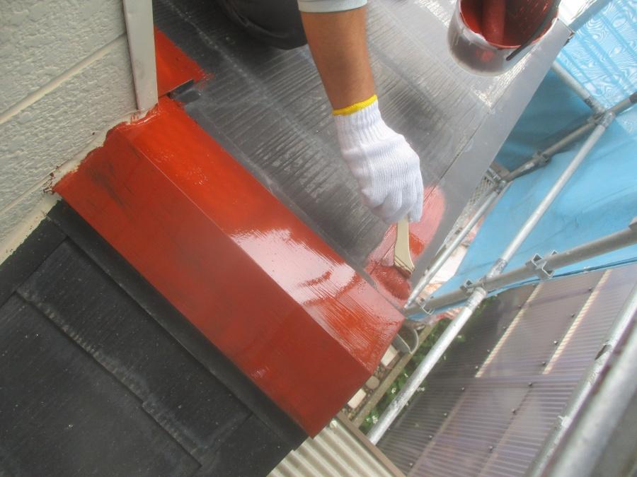 屋根の板金部分のさび止め塗装中です