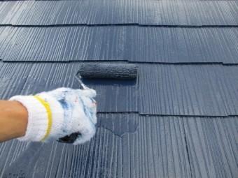 屋根の上塗り中です