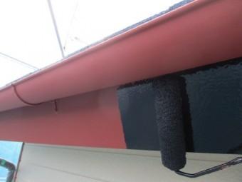 破風板と軒樋塗装の中塗り中です