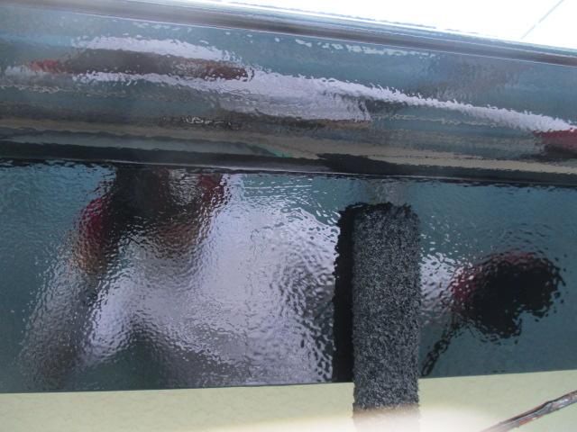 破風樋塗装の上塗り中です