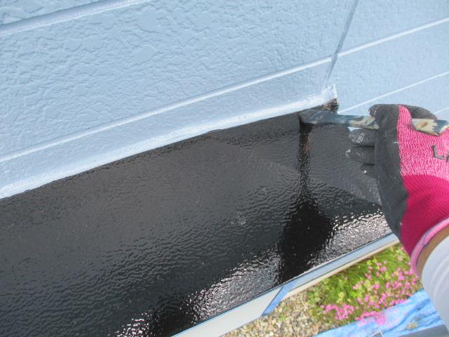 出窓の天板の上塗り中です