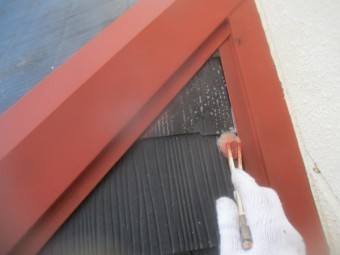 壁水切りとの取り合いの下塗りだめ込み中です