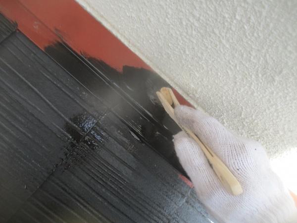 外壁との見切り塗装中です