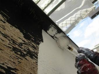 破風板の下塗り刷毛塗装中です