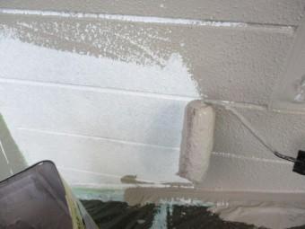 色変え部分の外壁をローラー塗装中です