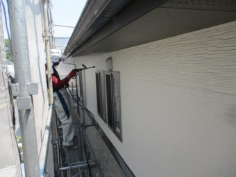 外壁を洗浄中です