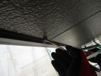 軒天にプライマー刷毛塗装中です