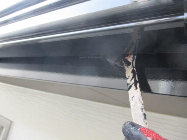 破風と樋裏の刷毛塗装中です