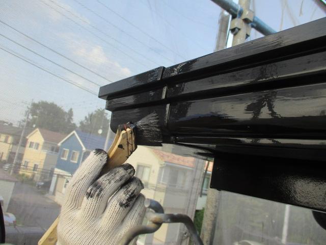 破風板と軒樋の刷毛上塗り中です