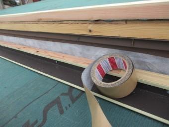 ルーフィングの立ち上げにブチルテープを貼りました