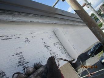 破風板の下塗りローラー塗装中です