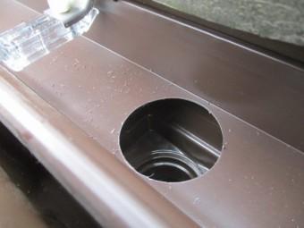軒樋に集水器の穴を開けまし