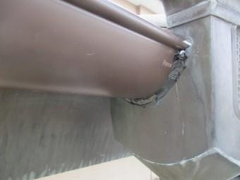 集水器と軒樋の隙間をコーキングしました