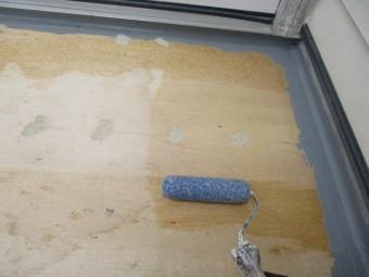 防水塗装の下塗り中です