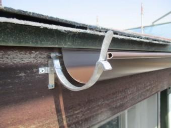 金具に軒樋の繋ぎがあたります