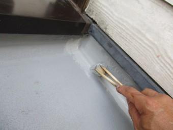 防水塗装の上塗り1回目刷毛塗装中です