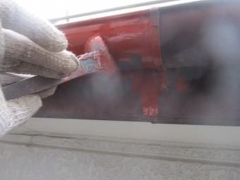 軒樋のさび止め刷毛塗装中です