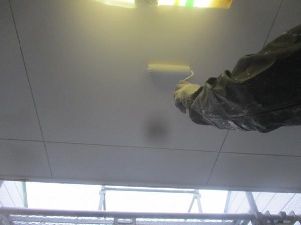 軒天上塗り塗装中です