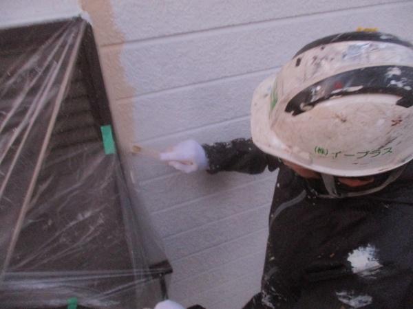 サッシ枠周りの中塗り刷毛塗装中です