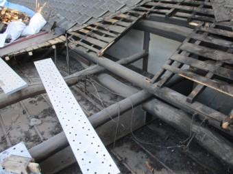 撤去後の瓦と板金屋根部分の状態です