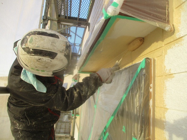 庇下中塗りローラー塗装中です