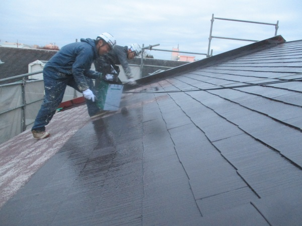 コロニアル屋根の中塗り中です