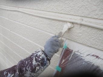 外壁上塗り刷毛塗装中です